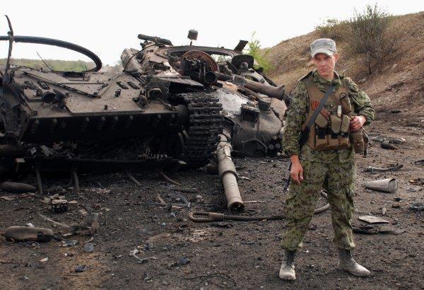Бойцы из отряда Моторолы осматривают поле боя под Космомольским