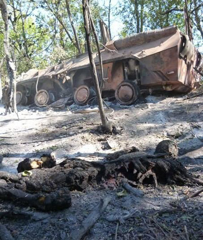 Уничтоженный БТР и сожженый человек из батальона Айдар под Комиссаровкой