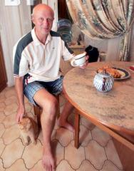 Первые дни дома Козулин чувствовал себя «няёмка».Фото: Дмитрий БРУШКО