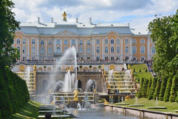 Золотые фонтаны Петергофа вновь бьют в лазурное небо Петербурга