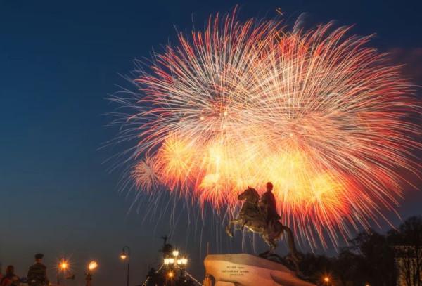 В Питере – День города, поздравляем!