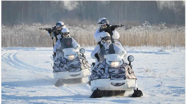 Новый арктический снегоход ВС РФ сможет еще и плавать