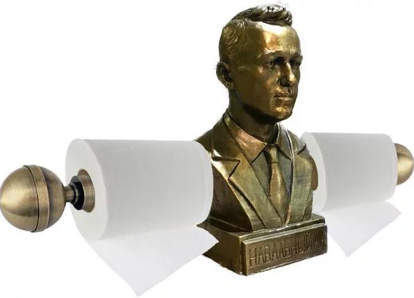 Навальный  свои же бюсты толкает налево