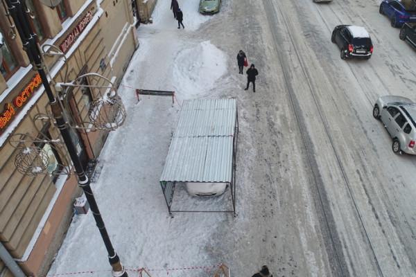 В Питере передвижной гараж помогает убирать сосульки с крыш без вреда припаркованным авто