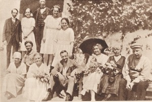 Гашек крайний справа с женой Шурой в Липнице