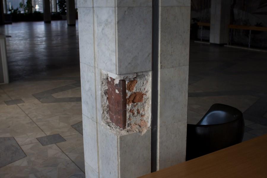 мраморная облицовка колонн вскрыта (значит будут убирать весь мрамор)