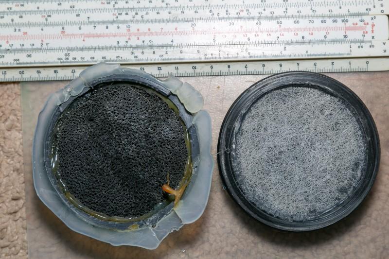Собственно торцевые фильтры, hepa наружу, внутри какой-то адсорбент насыпан. На фильтре слева виден термоклей - исходный монтаж прибора.