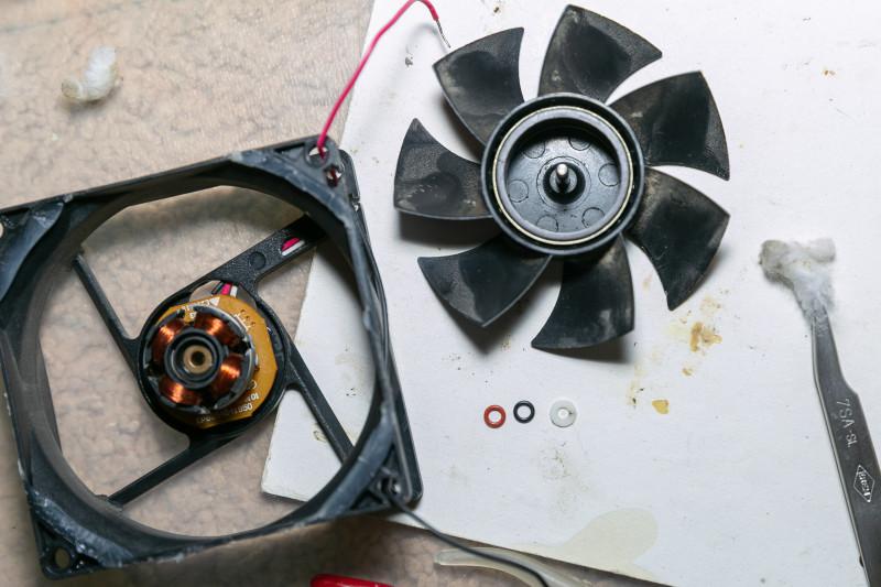 Кулеры разборные, с пластмассовым стопором, ничего высверливать не надо. Зашумели - можно почистить.