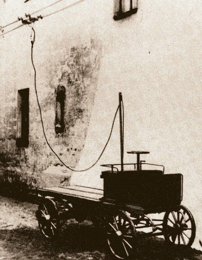 Первый отечественный троллейбус - троллейкар Фрезе на испытаниях в Петербурге 26 марта 1902 г.