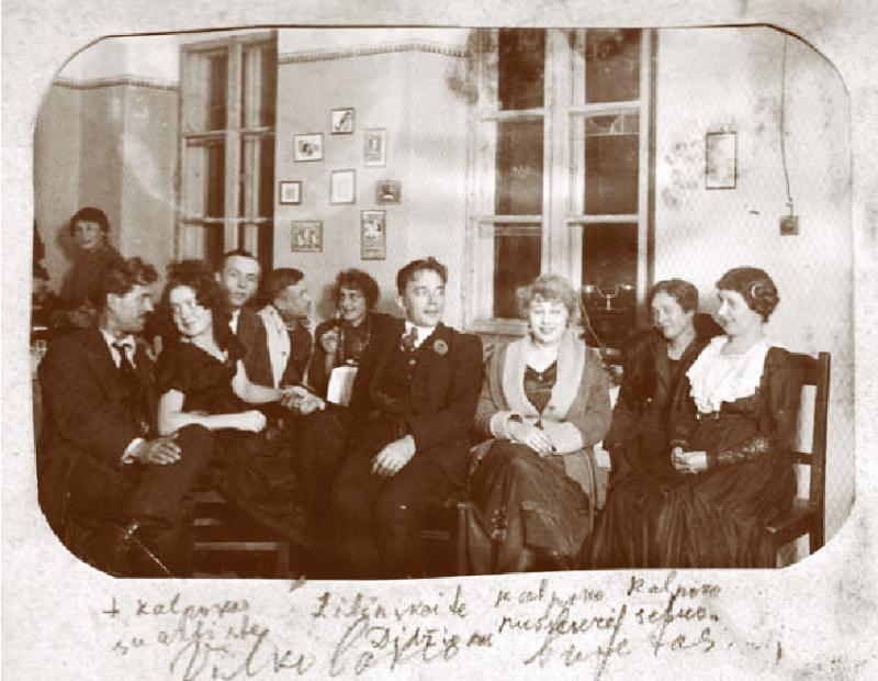 "В буфете театра ""Вилколакис"". 1-й слева П.Калпокас с актрисой Жилинскайте, в центре Владас Диджиокас. Нач. 1930х."