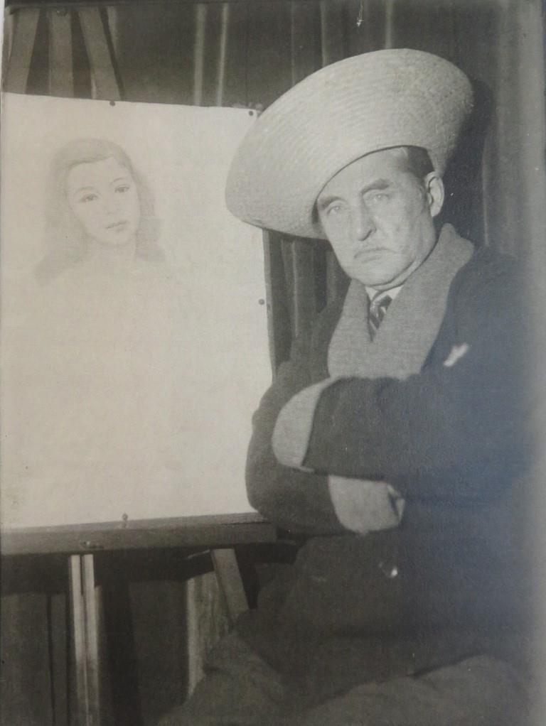 Е.К.Фаберже в Париже у начатого портрета очередной Психеи. 1930-е гг. Архив Татьяны Фаберже. Получено от В.В.Скурлова.