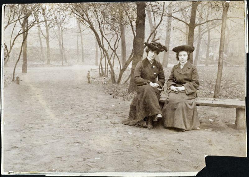 Лиденька и Оленька в Павловском парке. Ок. 1905 г.