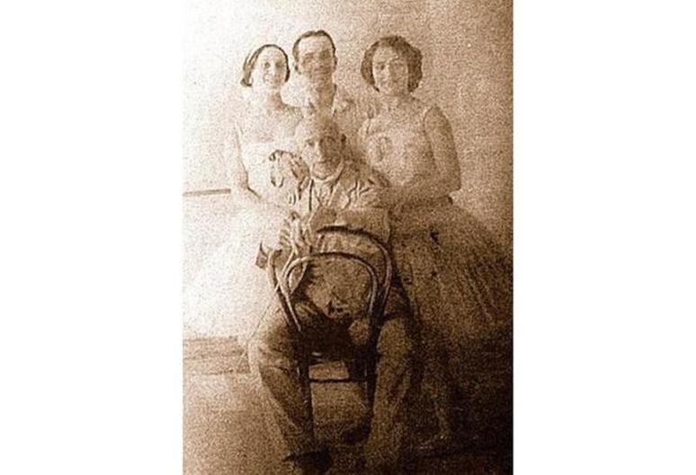 Анна Павлова, Б.Романов и Е. Смирнова с маэстро Энрико Чекетти.