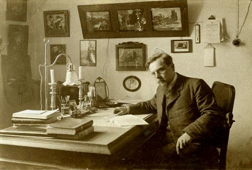 И.Д. Ермаков в своем рабочем кабинете.
