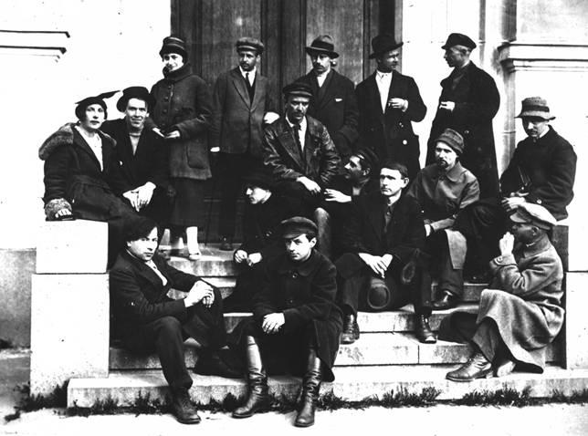 «Маковец». 1921 год. На фотографии слева направо, в первом ряду (сидят): Е. Машкевич, И. Завьялов, К. Зефиров (в профиль); во втором ряду(сидят): К. Кадлубисский, А. Шевченко, С. Герасимов, Н. Чернышов; в третьем ряду: (сидят): В. Пестель, С. Романович, Н. Максимов, А. Решетов; в верхнем ряду (стоят): Т. Романович, Л. Жегин, Ястржембский, Н. Григорьев, И. Родионов.