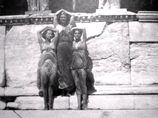 Айседора Дункан с ученицами. Парфенон, 1920 год. Фот. Э.Штайхена. Из открытых интернет источников.