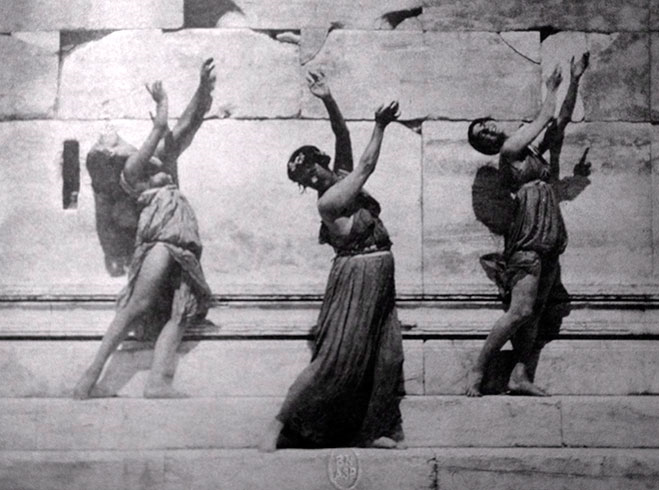 Айседора Дункан с ученицами. Эрехтейон, 1920 год. Фот. Э.Штайхена. Из открытых интернет источников.