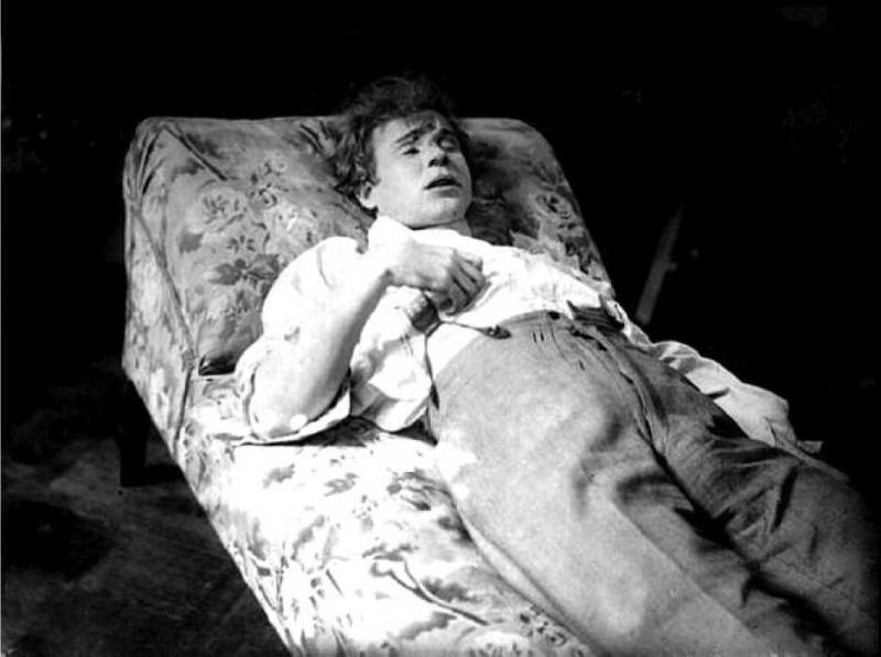 Несчастный Сергей Александрович Есенин на смертном одре... Из открытых интернет источников.