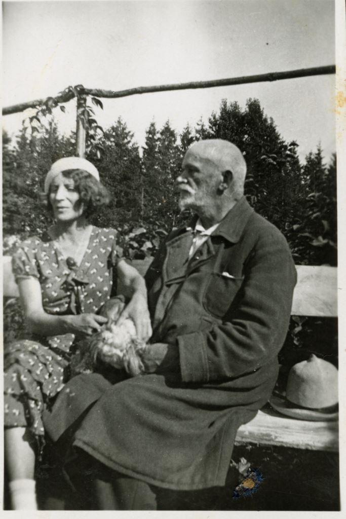 Иван Романович Шведе на закате лет, а Оленька, постоянно «в роли»! Ок. 1930 г. Как впрочем, «в роли» она и на следующей фотографии, того же времени.