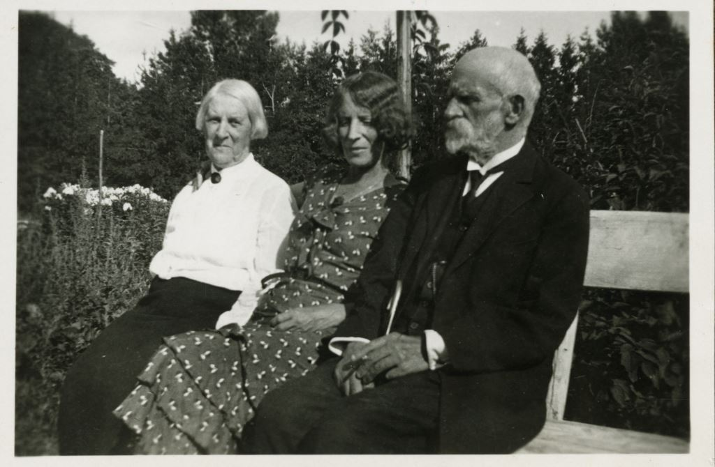 Слева - направо: А.Ф.Шведе, О.И.Шведе-Дубенецкене-Калпокене и И.Р.Шведе. Ок. 1930г.