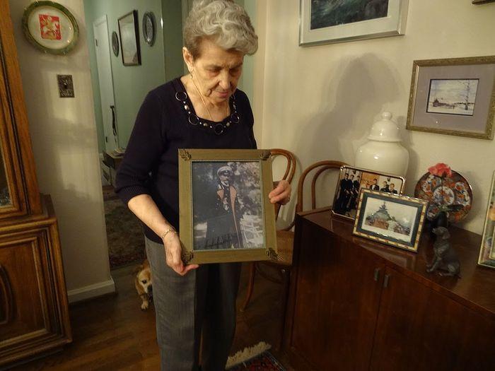 Светлана Александровна Герич с портретом деда. США, округ Коламбиа. 2016 г.