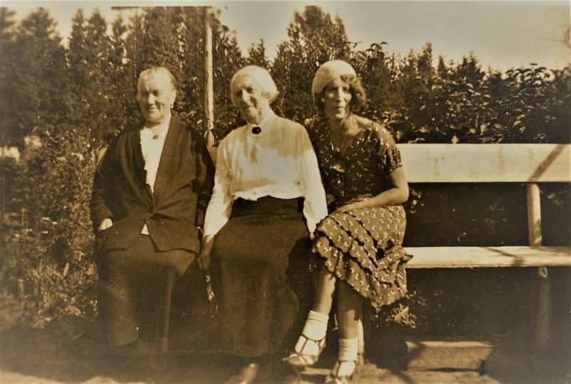 Слева-направо: К.И.Шведе(Трапезникова), А.Ф.Шведе(Брошкевич) и О.И.Шведе-Дубенецкенне-Калпокене. Кон. 1930х.