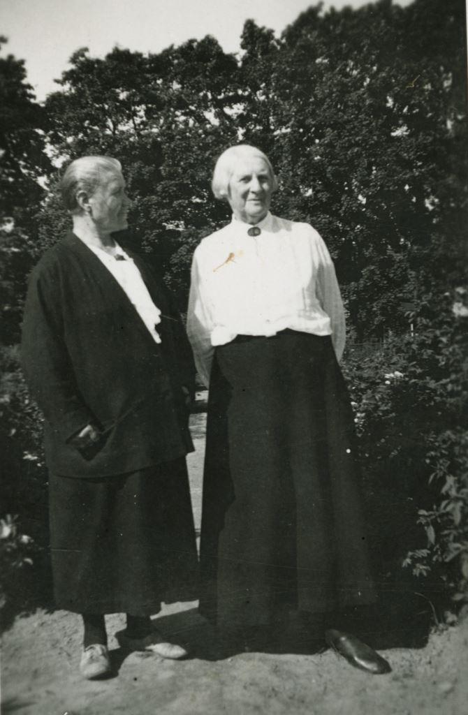 К.И.Шведе (Трапезникова) и А.Ф.Шведе (Брошкевич). Паланга. Кон. 1930х.