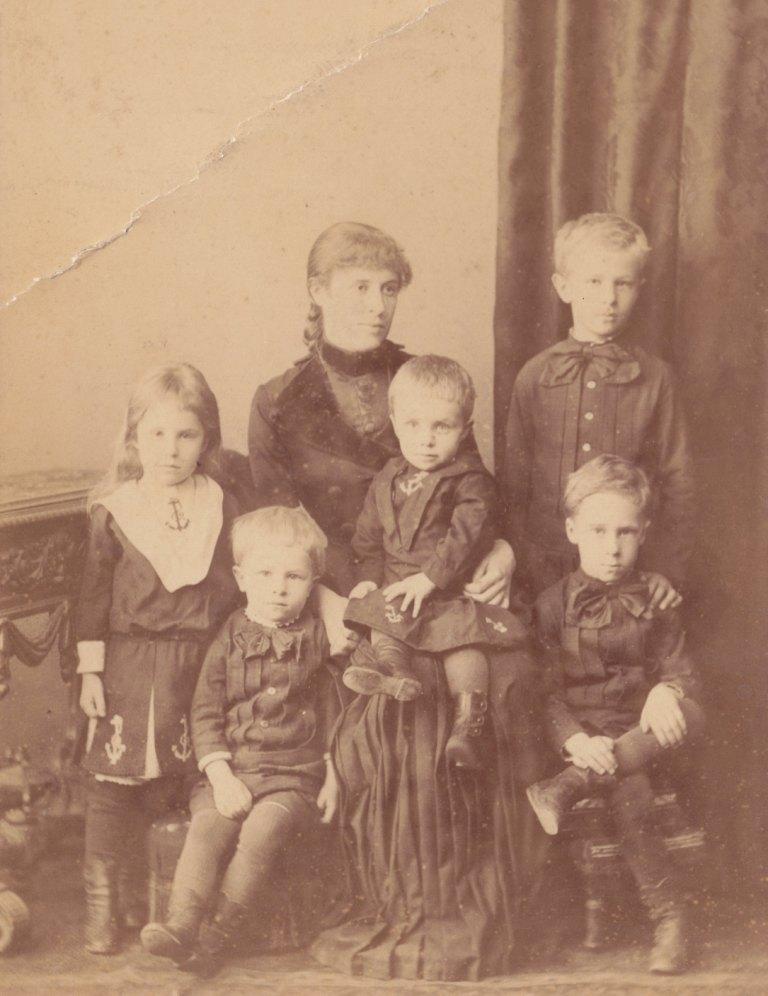 А.Ф.Шведе с детьми, Константином- стоит справа от матери, Евгением- сидит крайний справа, Михаилом- сидит слева рядом с матерью, Борисом- сидит на руках у матери и Ольгой- стоит крайняя слева. Ок. 1890 г.