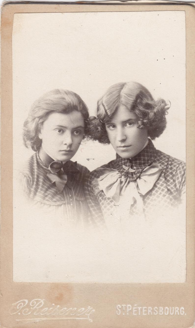 Л.П.Брюллова (слева) и О.И.Шведе (справа). Нач. 1900х.