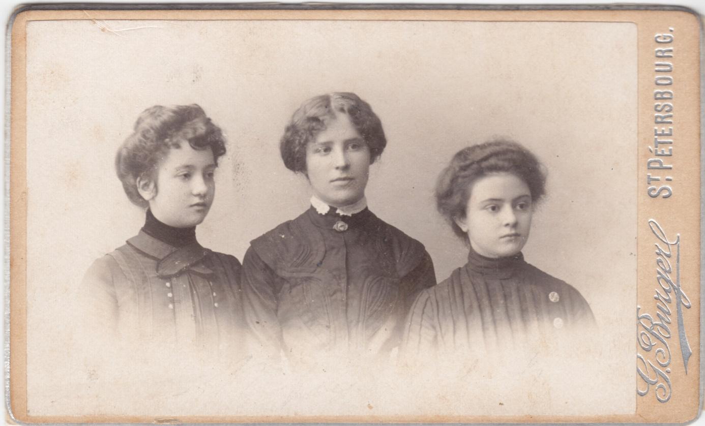 Слева - направо: неизвестная, О.И.Шведе и Л.П.Брюллова. Нач. 1900х.