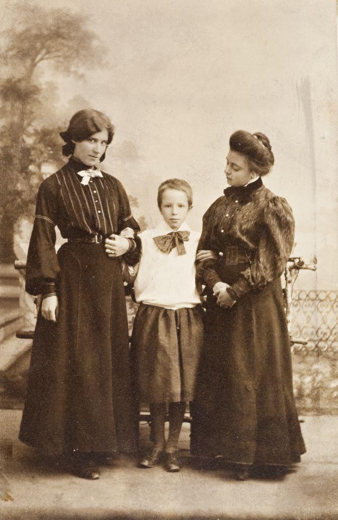 Слева-направо: Оленька, Таня Шведе, Лиденька Брюллова. Конец 1910х.