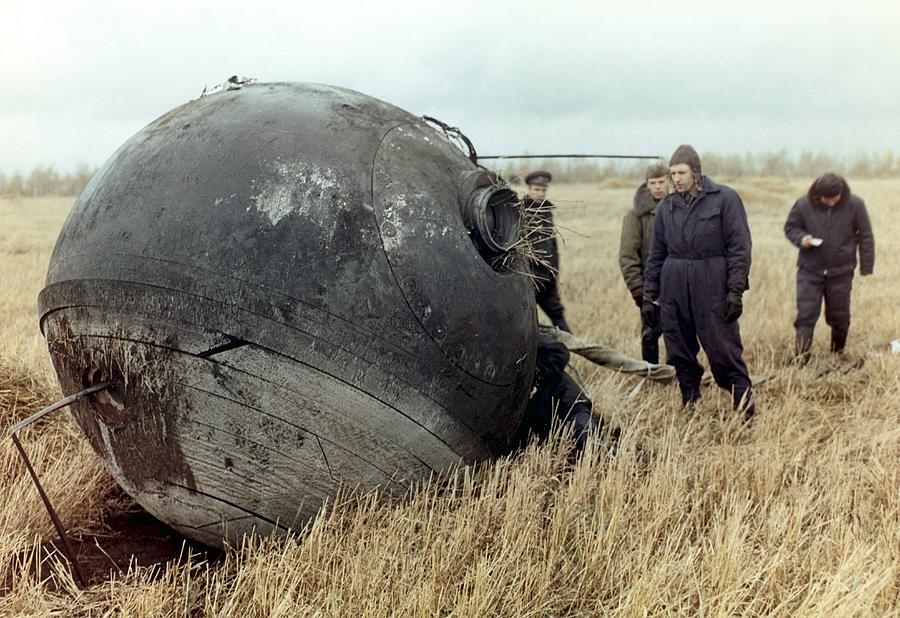 Ao-A3-572871_vokshod-1-capsule-after-landing-science-photo-library