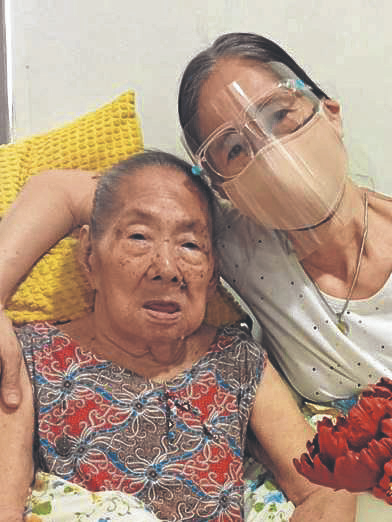 Нанай Пурификасьон Седилья, 95-летняя пережившая C19, с дочерью Фе