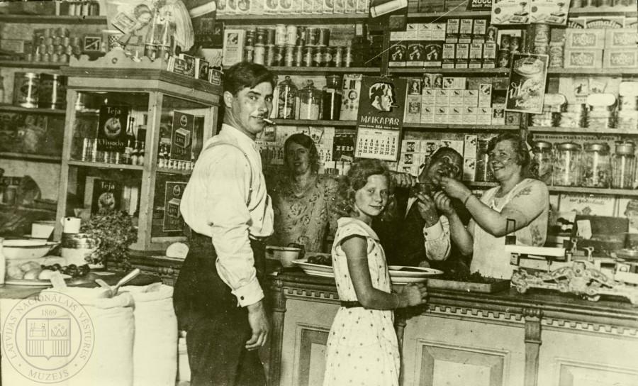 Рига, 1932 год, магазинчик на улице Бривземниека 20, принадлежал Анне Авотинье (Anna Avotiņa). Фотограф неизвестен.