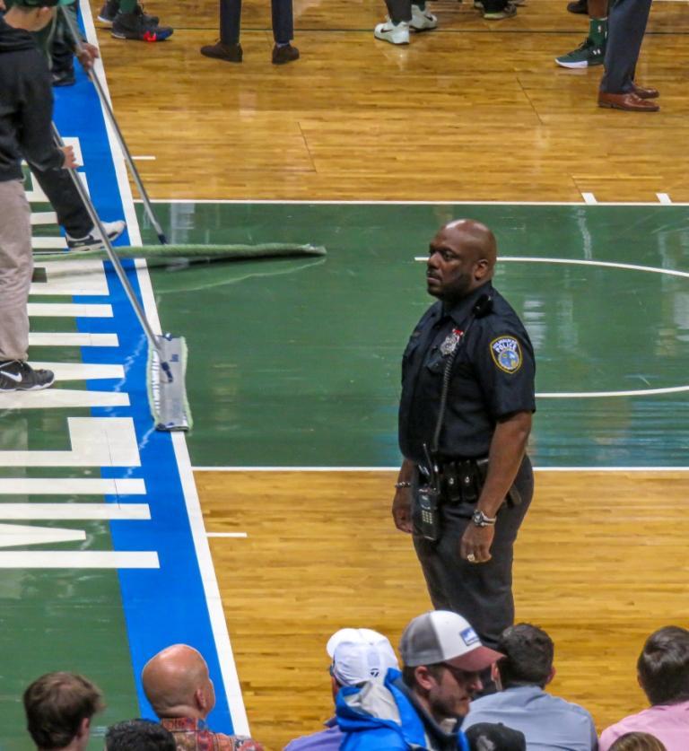 Фото 7. Американский полицейский на  баскетбольном матче.