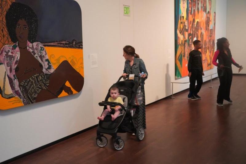 Фото 10. Женщина рассматривает картину в музее.