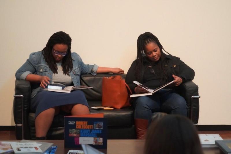 Фото 11. Девушки с книгами в музее.