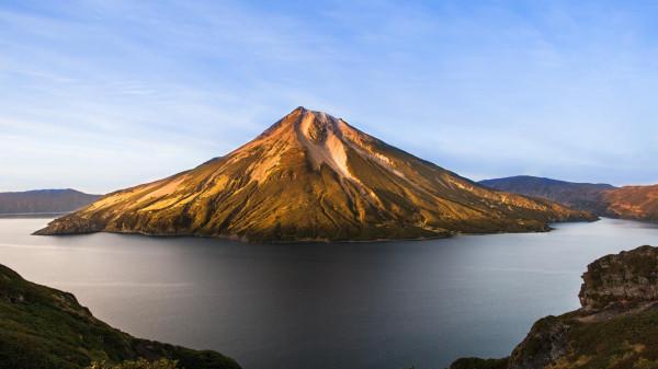 Вулкан Вулкан Креницына остров Онекотан осенью.