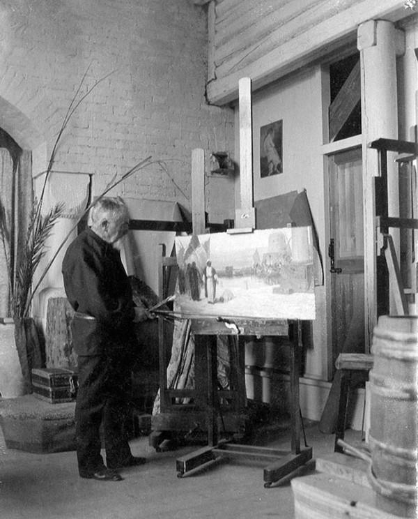 Поленов в своей мастерской в усадьбе Борок (ныне Поленово) - 1908.jpg