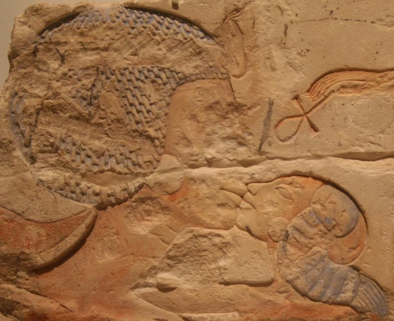 Nefertiti_Kissing_her_daughter