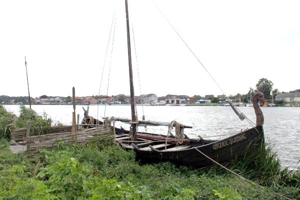 66  Воссоздано также некое подобие пристани с кораблями.