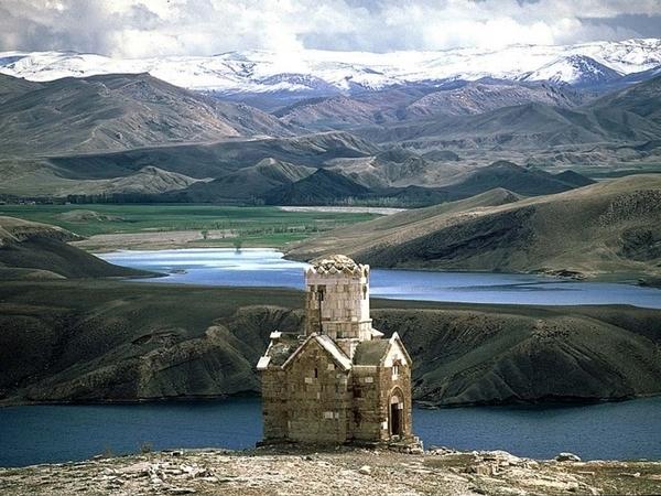 2 Заброшенная церковь на озере Урмия.