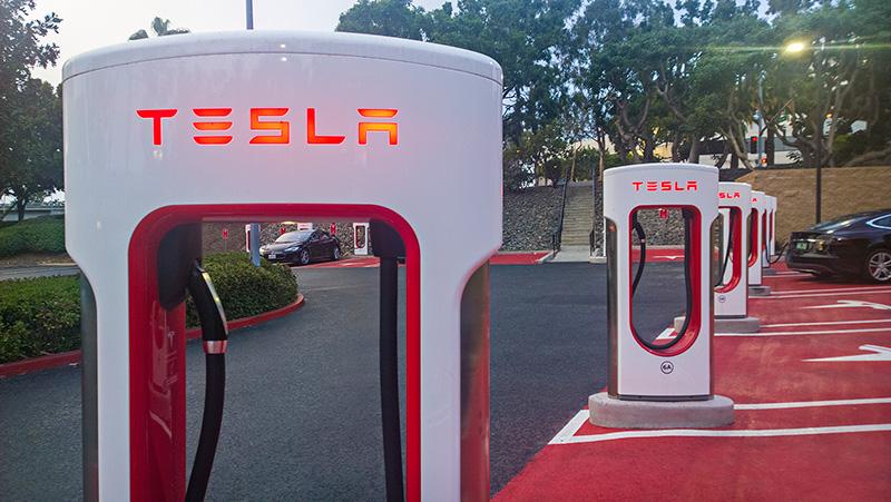 Тесла Суперчарджер : как бесплатные автозаправки меняют мир