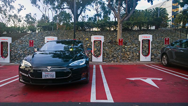 Тесла Суперчарджер: как бесплатные автозаправки меняют мир