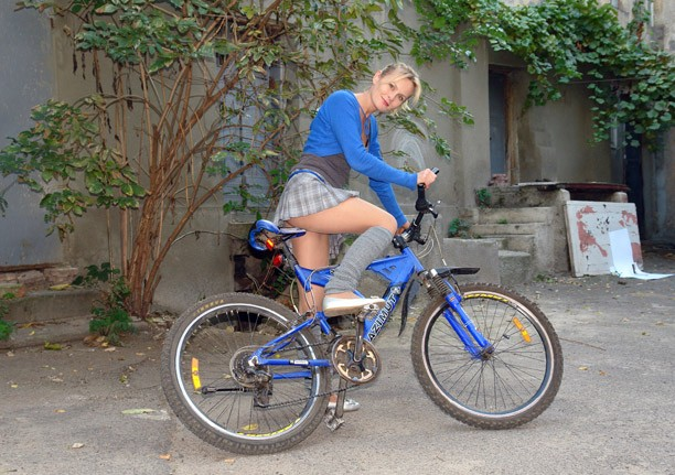 devushka i velosiped