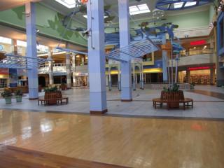 Мертвый торговый центр. И это среди дня.
