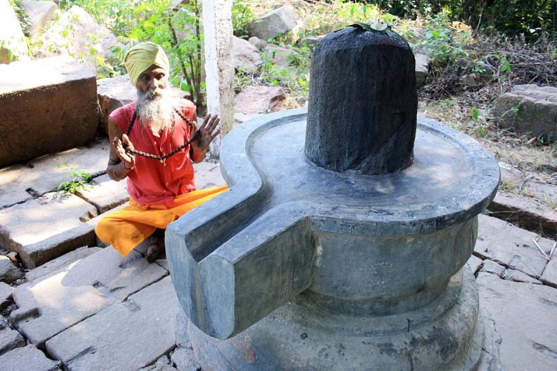https://upload.wikimedia.org/wikipedia/commons/thumb/b/b6/Ancient_Shiv_Ling_at_Rajbari.jpg/1200px-Ancient_Shiv_Ling_at_Rajbari.jpg