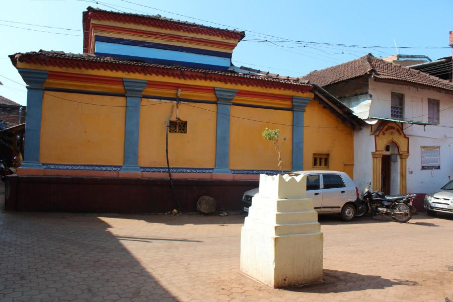 Очередное культовое деревце на тылах храма Ганеши