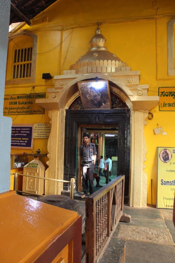 И тут вход в храм, куда иностранцев не пускают
