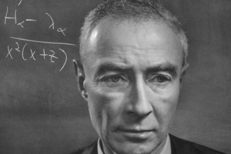 Джулиус Роберт Оппенгеймер (Julius Robert Oppenheimer, 22 апреля 1904 — 18 февраля 1967) — американский физик-теоретик, профессор физики Калифорнийского университета в Беркли, член Национальной академии наук США (с 1941 года). Широко известен как научный руководитель Манхэттенского проекта, в рамках которого в годы Второй мировой войны разрабатывались первые образцы ядерного оружия; из-за этого Оппенгеймера часто называют «отцом атомной бомбы». Aтомная бомба была впервые испытана в Нью-Мексико в июле 1945 года; позже Оппенгеймер вспоминал, что в тот момент ему пришли в голову слова из Бхагавадгиты: «Я — смерть, разрушитель миров».